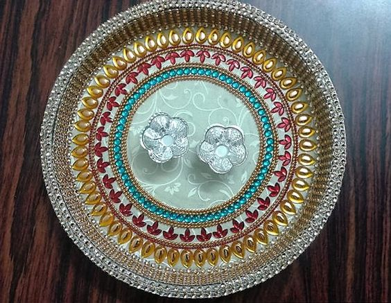 Latest pooja thali decoration for competition karwa for Aarti thali decoration with flowers
